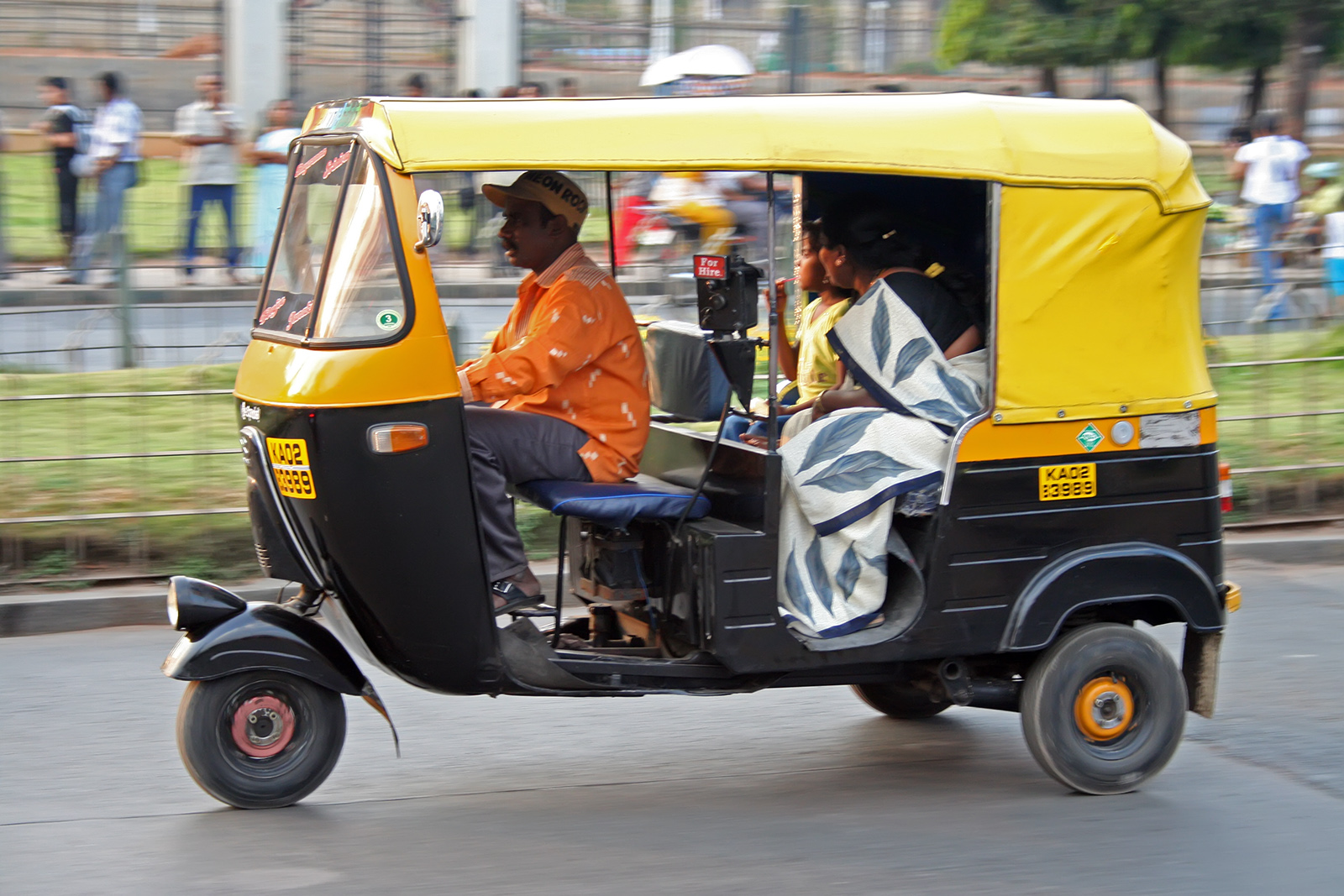 An Auto Driver Returned Cash and Jewelry Worth Rupees One Lakh
