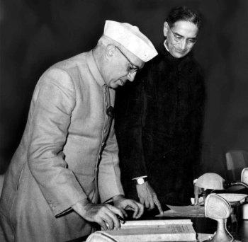 PC Mahalanobis with India's first prime minister, Jawaharlal Nehru. (Source: Twitter/Mukesh Soni)