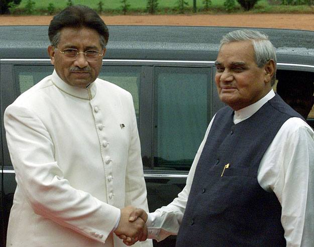 Prime Minister Vajpayee with his Pakistani counterpart Pervez Musharraf. (Source: Facebook/Pakistan OLD PIC Lovers)