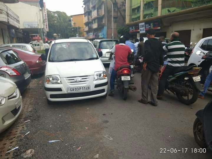 This car parked in the middle of the road causing traffic congestion. (Source: Facebook/Goa Traffic Police)