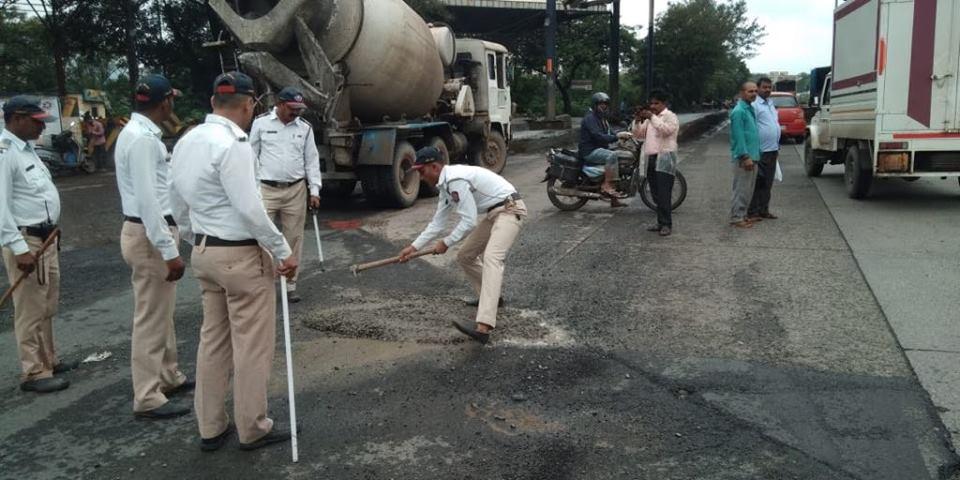 Thane traffic cops repairing potholes. (Source: Facebook/Namaste Thane)