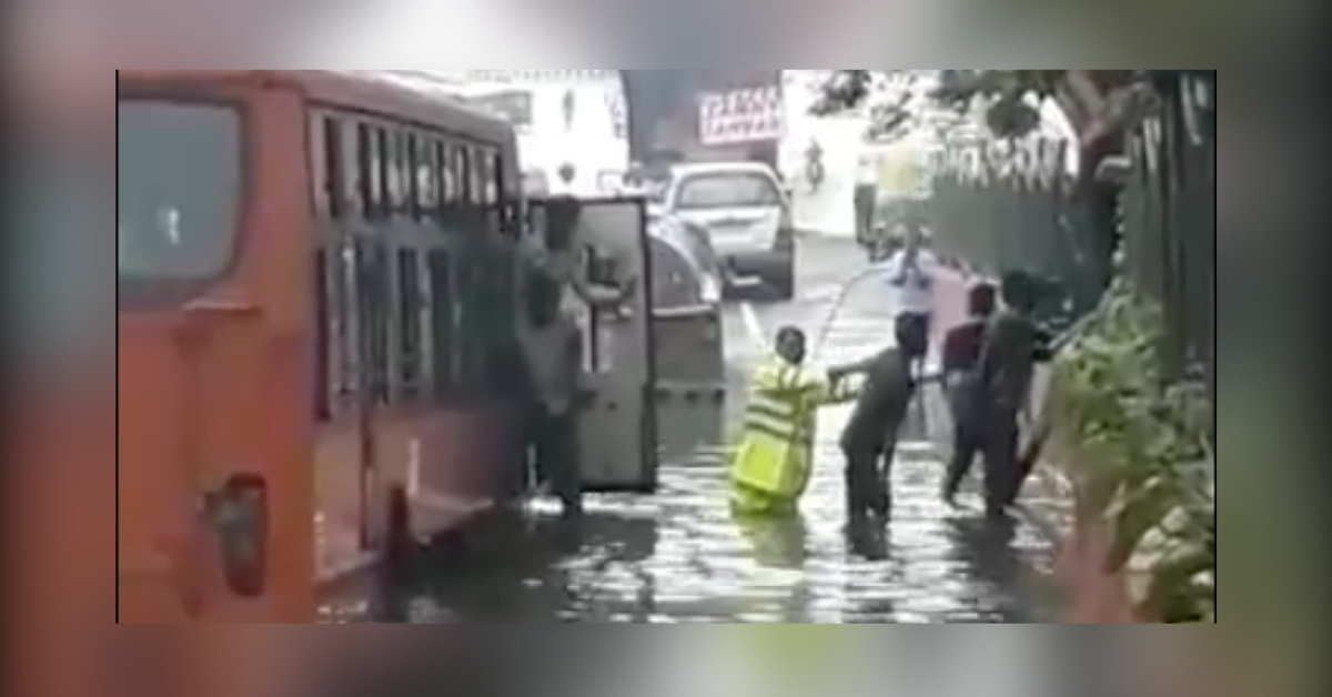 Duty Above All: Delhi Cop Wades Into Flooded Road, Rescues Stranded Bus Passengers!