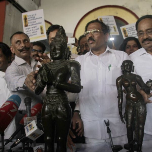 IG Pon Manickavel (with his hand on the arm of the statue) and Tamil nadu minister K Pandiarajan presenting a retrieved a Raja Raja Cholan statue back to Chennai after 50+ years. (Source: Twitter/Hari Prabhakharan)