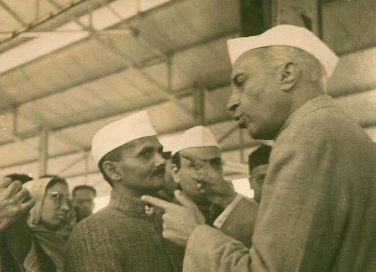 Lal Bahadur Shastri with India's first PM Jawaharlal Nehru. (Source: Twitter/Lal Bahadur Shastri Memorial Foundation)