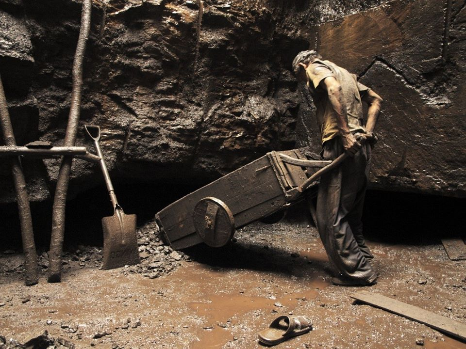 Rat hole mining: Working conditions are inhuman. (Source: Facebook/Kanak Mani Dixit)
