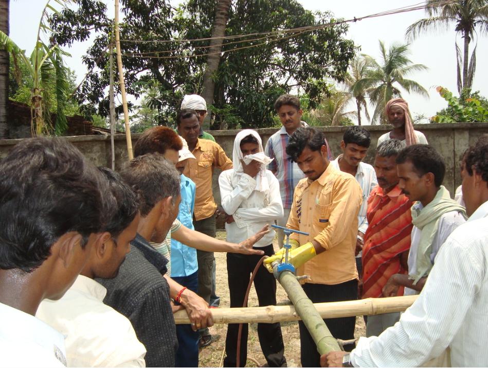 Working with the local community near the Kosi river, Bihar. (Source: Hunnarshala Foundation)