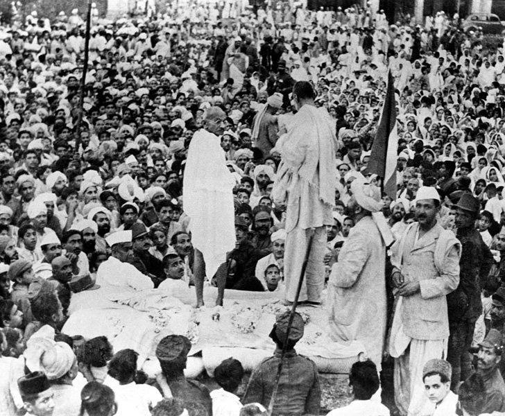 May 1938: Mahatma Gandhi With Khan Abdul Ghaffar Khan at a Public Meeting In North-West Frontier Province. (Source: India History Pics/Twitter)