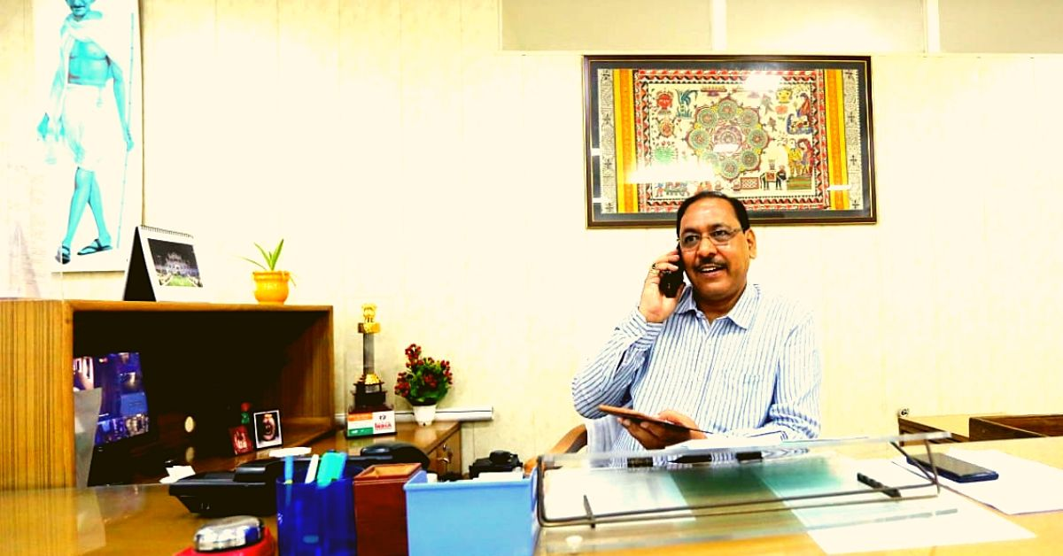 UP IAS Officer Comes To Work 10 Mins Early Everyday to Clean His Own Office!