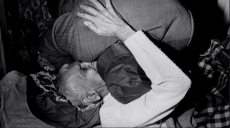 Dr Abdus Salam embracing his Guru. (Source: Twitter)