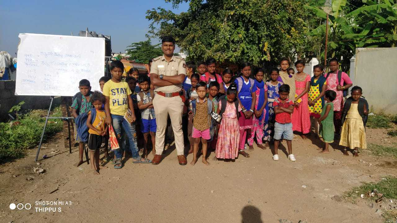 Bengaluru Policeman Takes Double Shifts, Teaches The Kids of Migrant Labourers